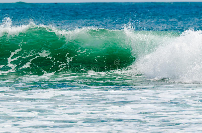 在一个晴天的海浪 免版税库存照片