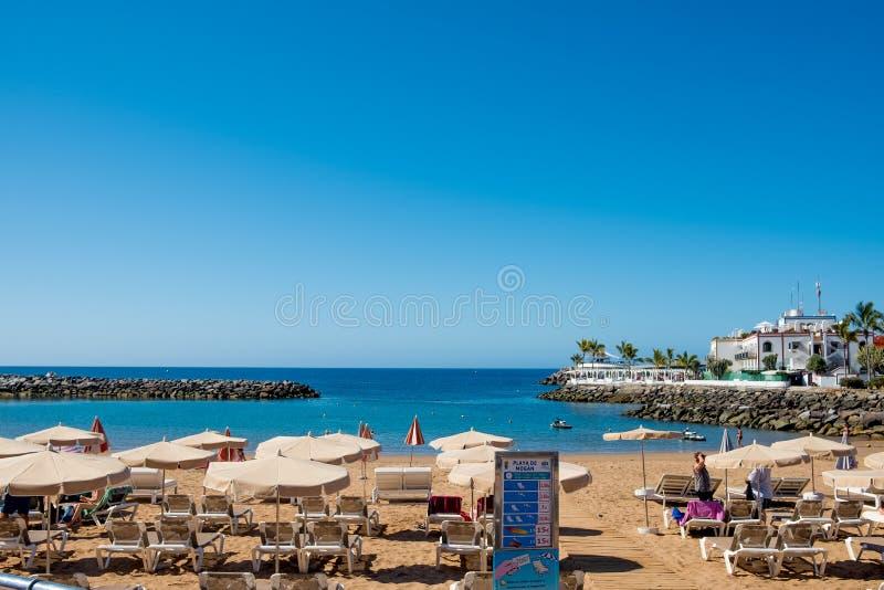 在一个晴朗的夏日期间,Puerto de Mogan海滩看法,城市是其中一个最著名的大加那利岛旅游目的地 库存图片