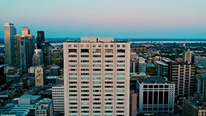 在一个朦胧的夏日期间,蒙特利尔的空中图象 图库摄影