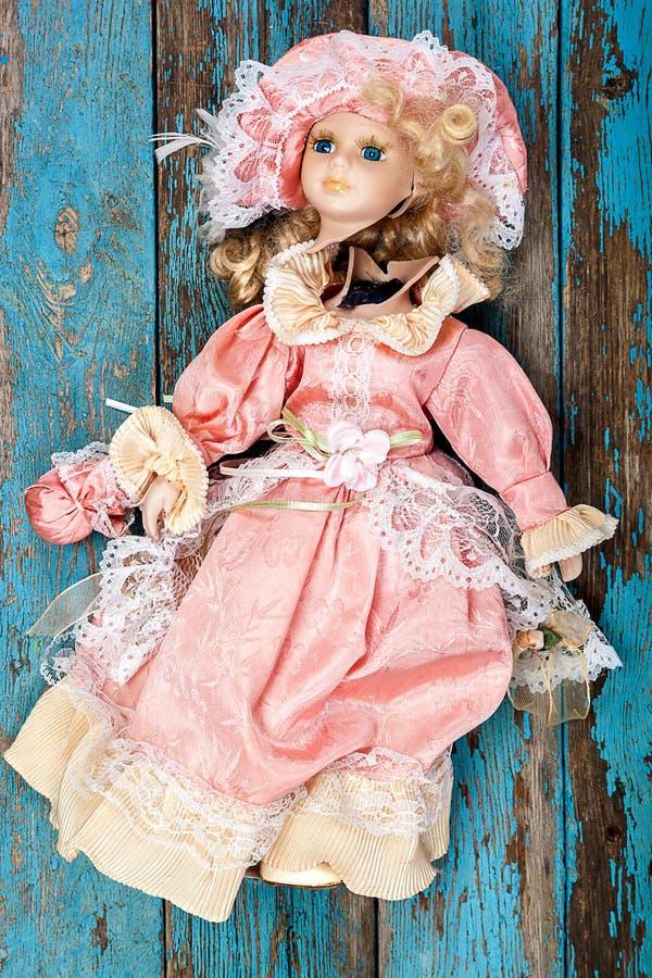 Download 在一个木地板上的残破的玩偶 库存图片. 图片 包括有 婴孩, 消沉, 概念, 玩偶, 子项, 破坏, 被滥用的 - 72354511
