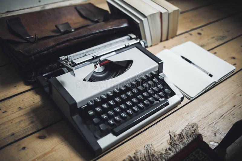 在一个木地板上的葡萄酒灰色打字机 库存图片