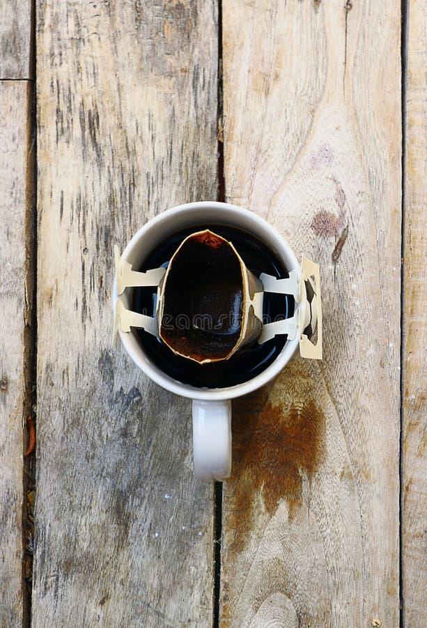在一个木地板早晨安置的杯子的热的咖啡 库存照片