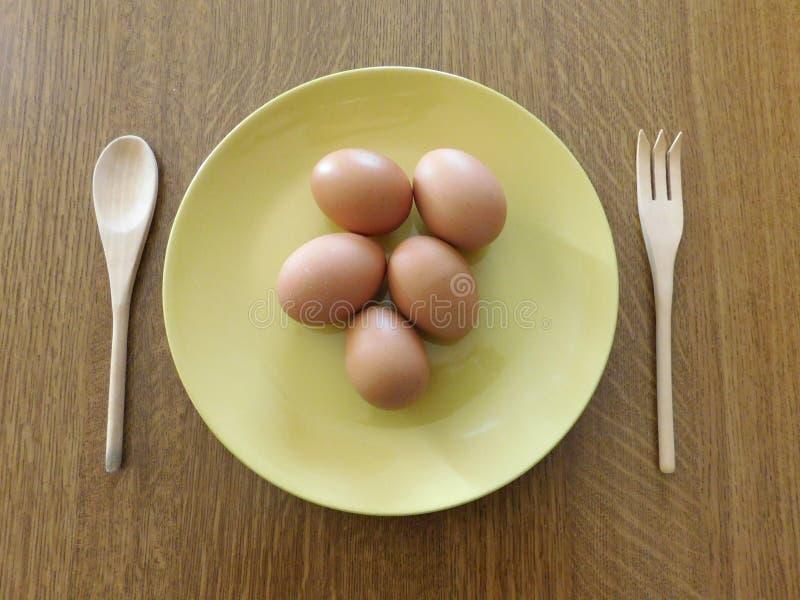 在一个木基地的鸡蛋 库存图片