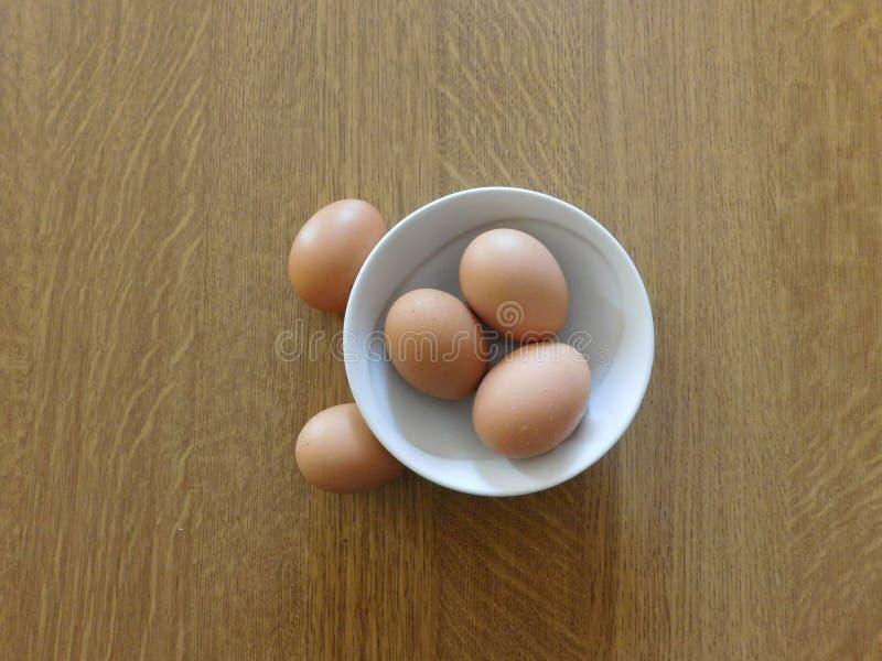 在一个木基地的鸡蛋 库存照片