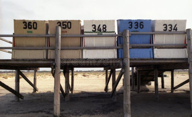 在一个木平台2的海滩椅子
