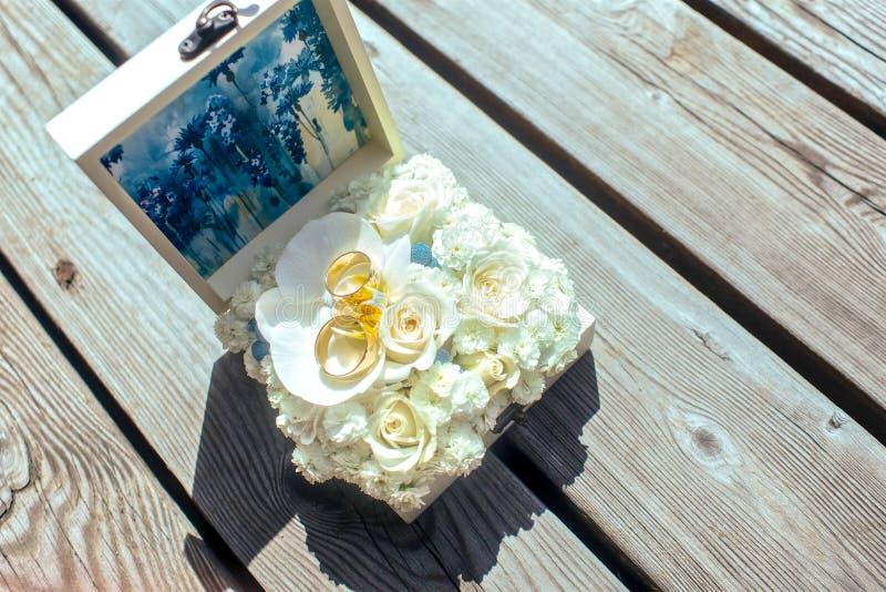 在一个木板的婚戒 图库摄影