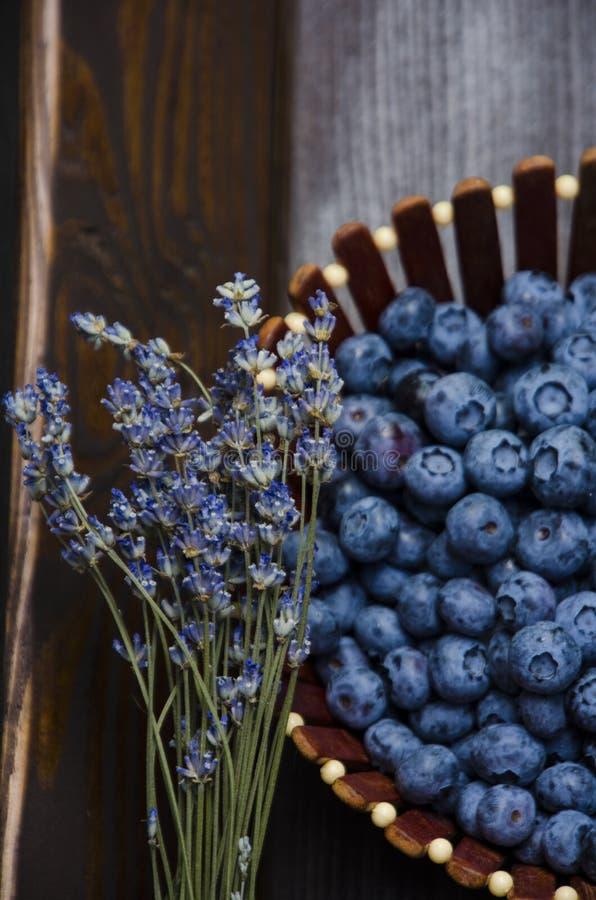 在一个木板的新鲜的蓝莓,黑暗的背景 淡紫色 r 库存照片
