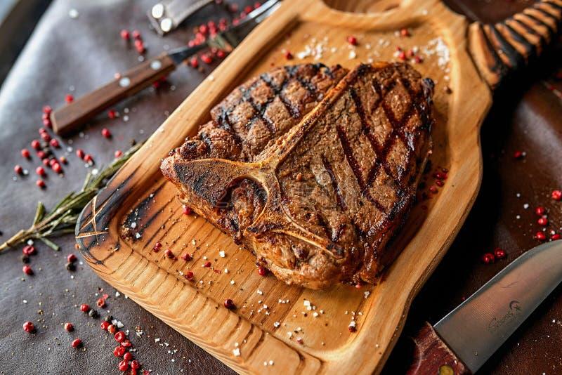 在一个木板的牛排 免版税库存图片