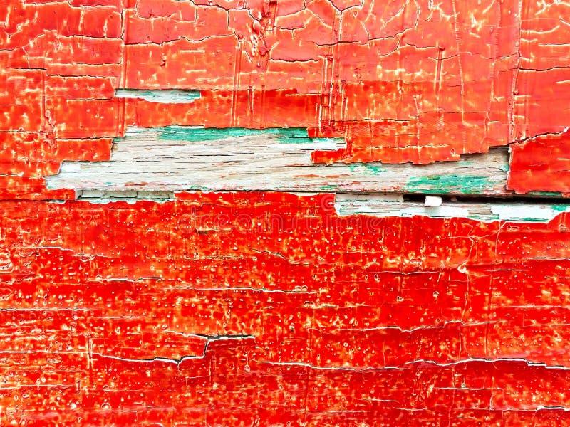 在一个木板的破裂的红色和绿色油漆 免版税库存照片
