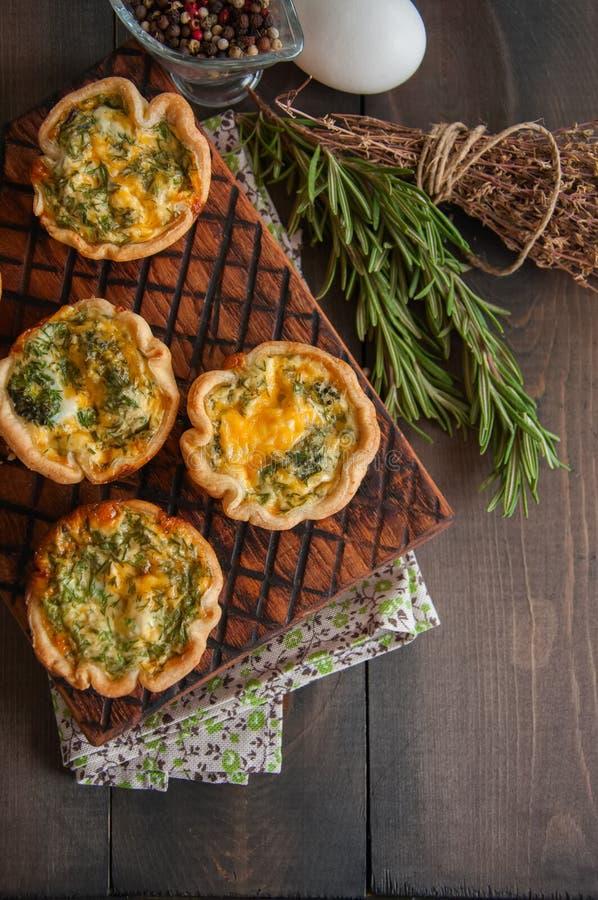 在一个木板的美味微型乳蛋饼馅饼 片状面团饼 免版税库存图片