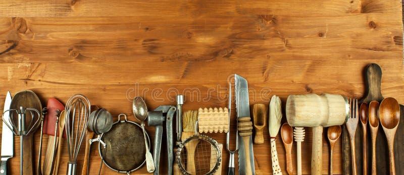 在一个木板的老厨房器物 厨房设备销售  厨师` s工具 免版税库存照片