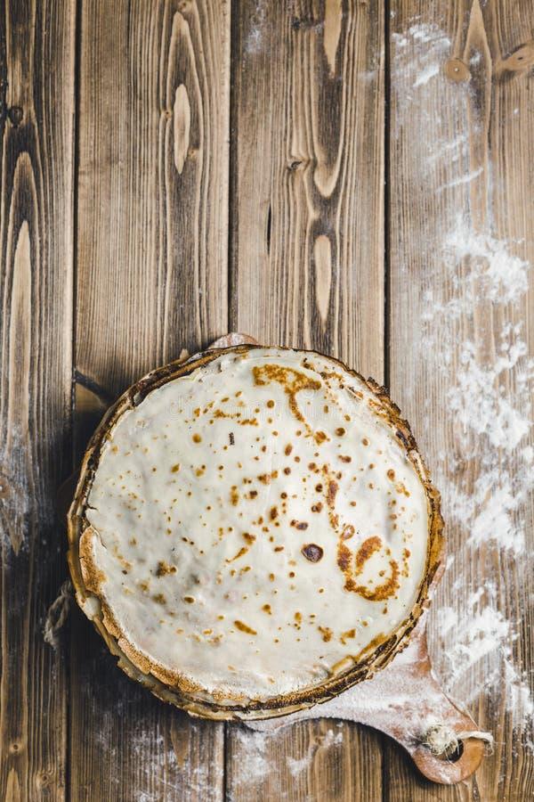 在一个木板的薄煎饼 库存图片
