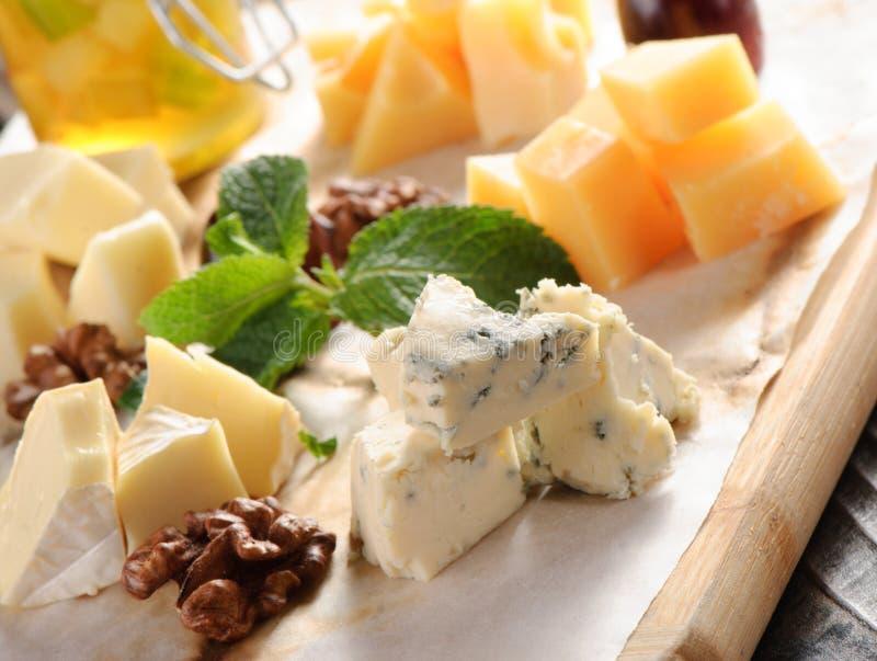 在一个木板的被分类的乳酪 免版税库存照片