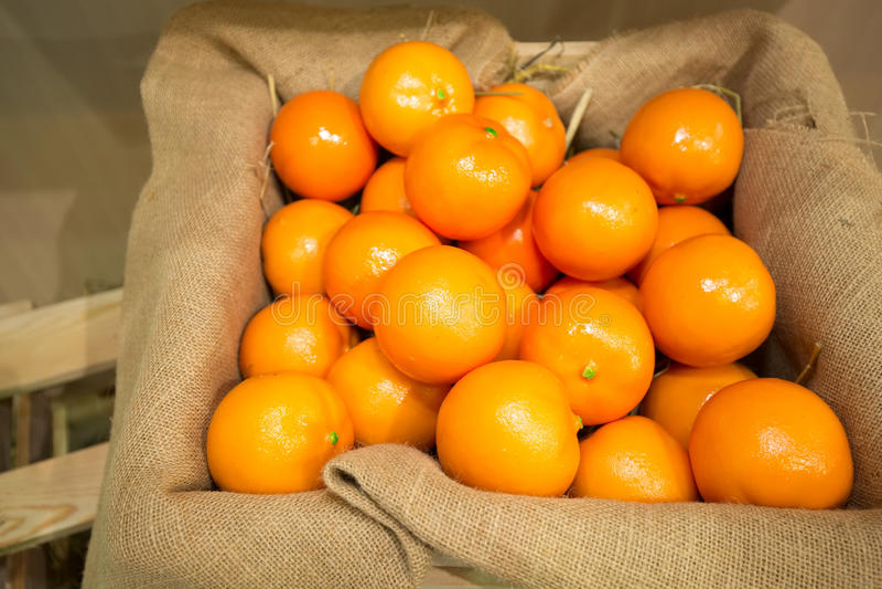 在一个木板箱的新鲜的桔子 免版税图库摄影