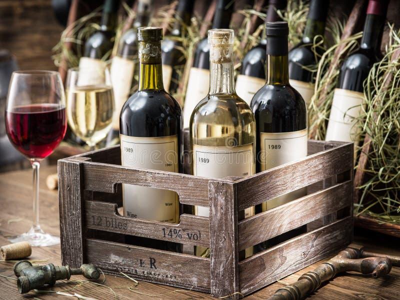 download 在一個木板箱的酒瓶 庫存照片.圖片
