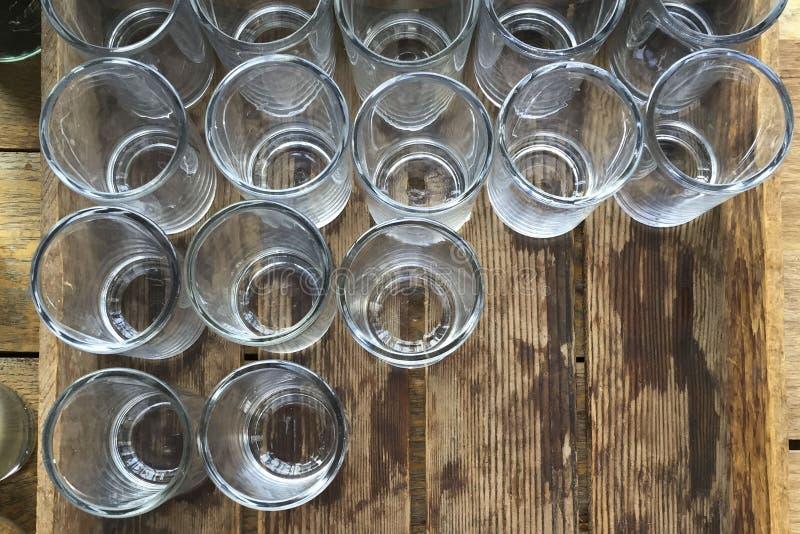 在一个木板箱的水玻璃 库存图片