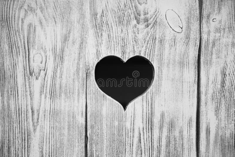 在一个木板雕刻的心脏 背景 免版税库存照片