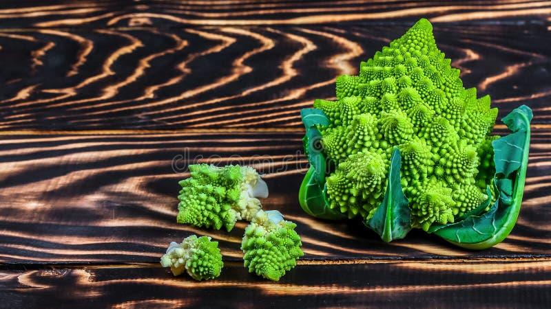 在一个木板,土气木背景-健康或素食食物概念的新鲜的绿色Romanesco硬花甘蓝 低热值 免版税图库摄影