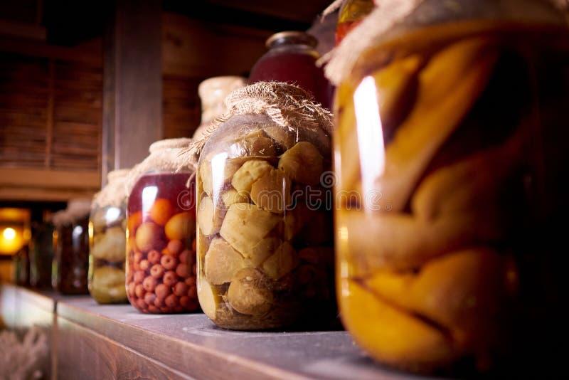 在一个木架子的被保存的食物在尘土 库存照片