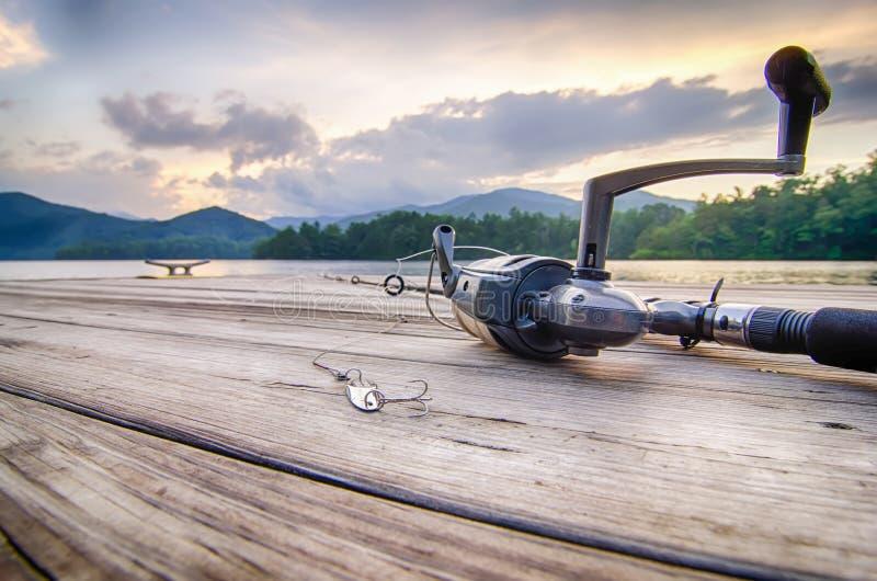 在一个木浮游物的钓具有在nc的山背景 免版税库存图片