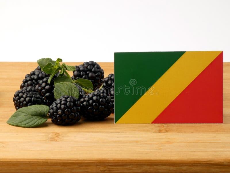 在一个木盘区的刚果共和国旗子用黑莓我 免版税库存图片