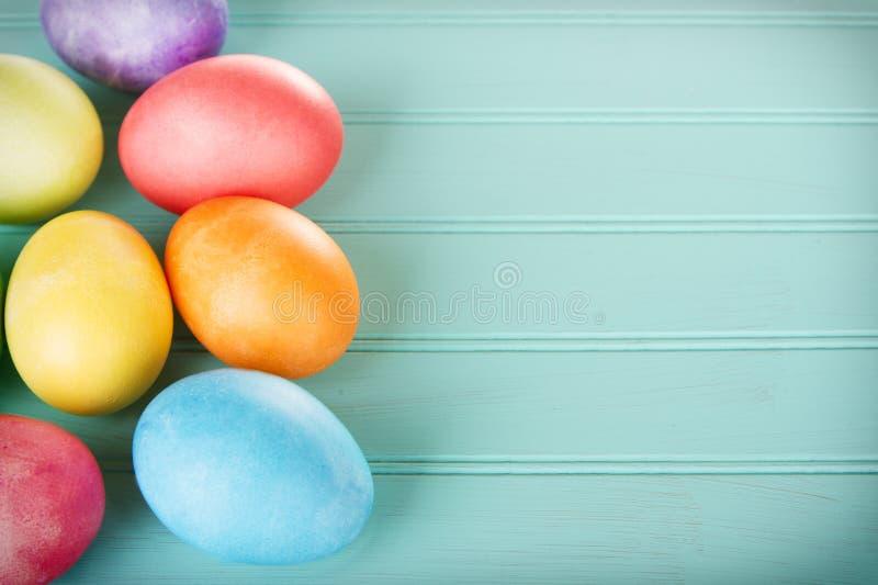 在一个木盘区的被洗染的复活节彩蛋 库存照片