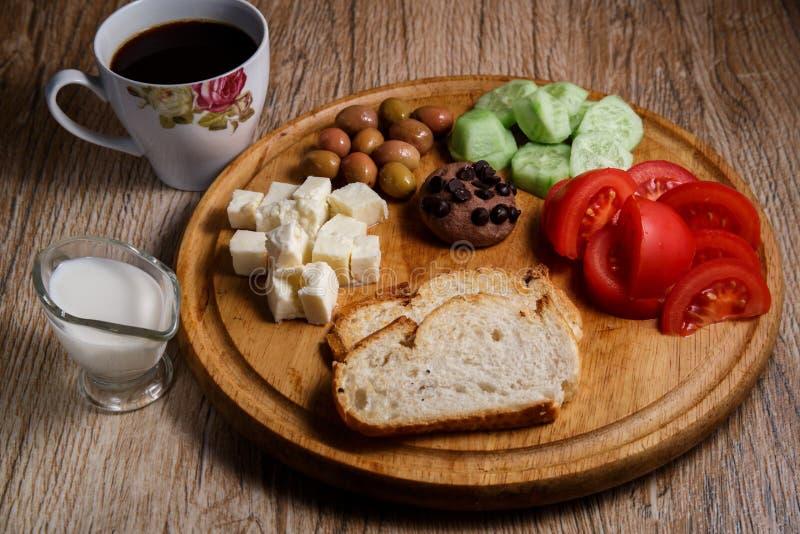 在一个木盘子的土耳其自然和健康早餐有一杯咖啡的和牛奶 自然和健康食品的概念 免版税库存图片