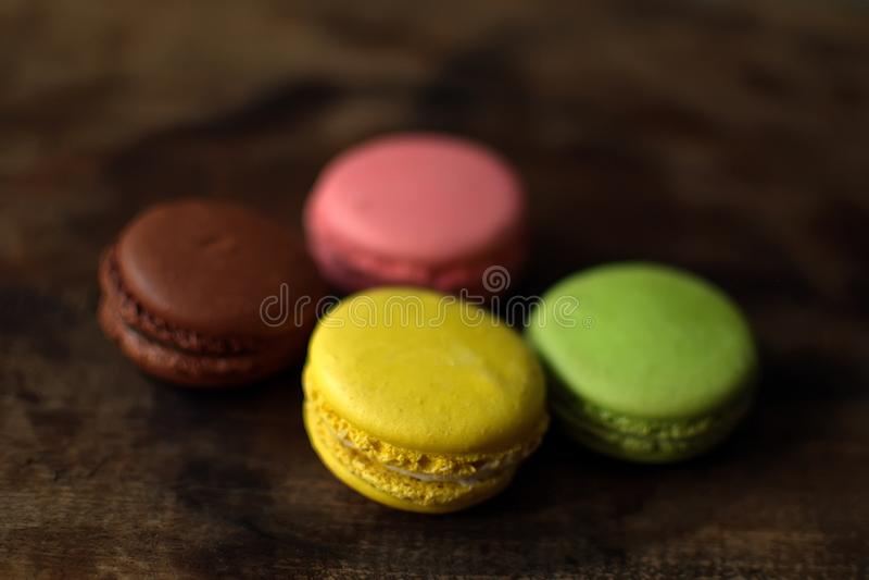在一个木盘子的多彩多姿的蛋白杏仁饼干 桃红色,黄色和绿色蛋白杏仁饼干 免版税库存图片
