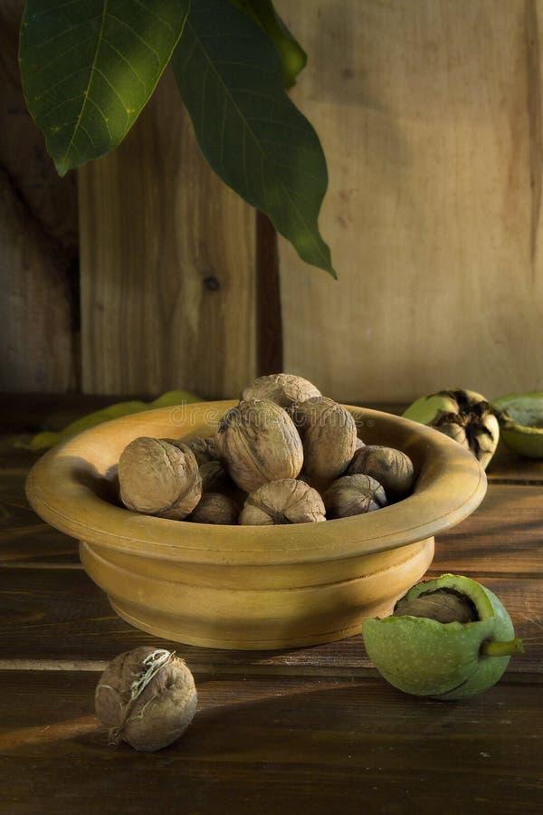 在一个木盘的成熟坚果在桌上 库存图片