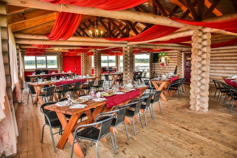 在一个木眺望台的奢侈宴会在传统风格美妙地装饰 免版税图库摄影