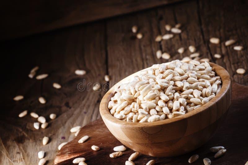在一个木碗的喘气的米,选择聚焦 图库摄影