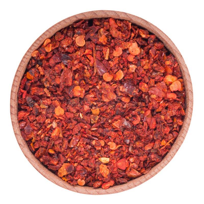 在一个木碗的干辣椒粉 背景查出的白色 库存图片