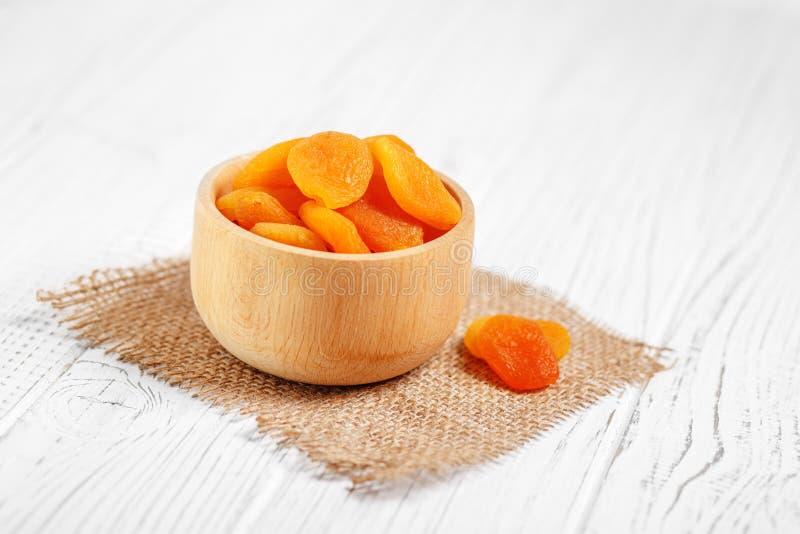 在一个木碗的很多有用的杏干 概念是 免版税库存照片