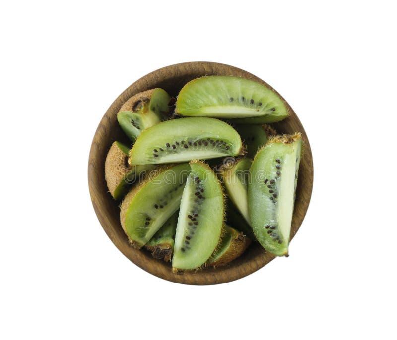 在一个木碗的猕猴桃切片有文本的拷贝空间的 在白色隔绝的成熟和鲜美猕猴桃 免版税库存图片
