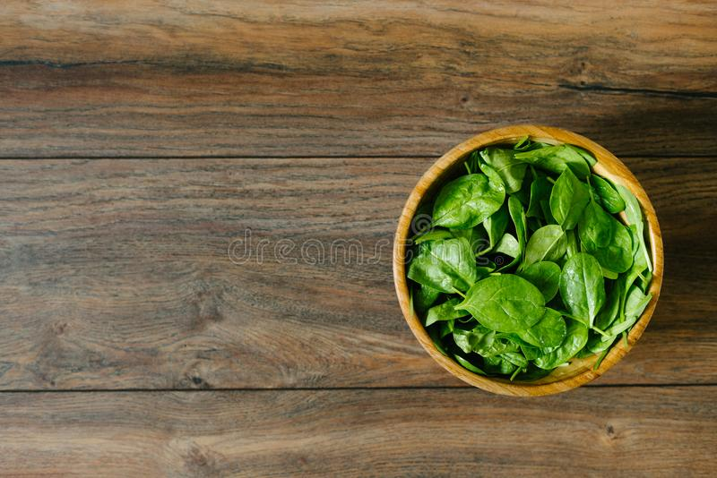 在一个木碗的被隔绝的新鲜,未加工的婴孩菠菜 免版税库存图片