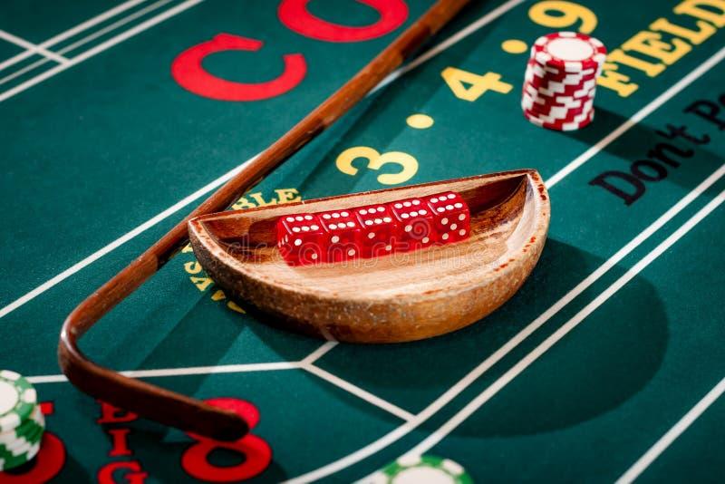在一个木碗的5个模子在胡扯 免版税图库摄影