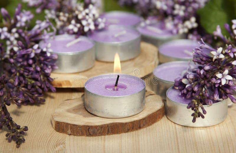 在一个木立场的有气味的蜡烛 免版税库存照片