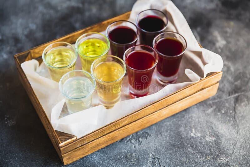 在一个木箱的被分类的酒精甘露酒 酒精饮料 免版税图库摄影