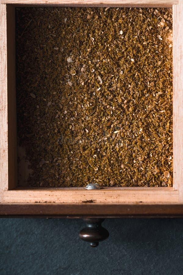 在一个木箱的被碾碎的各种各样的香料 免版税图库摄影