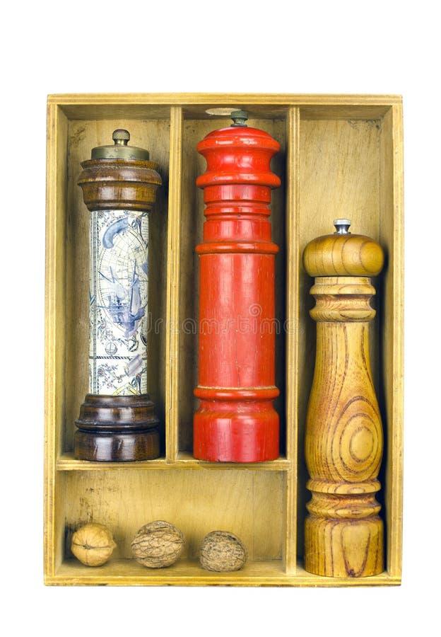 在一个木箱的香料研磨机 免版税库存图片
