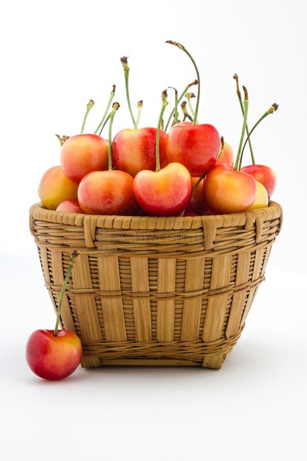 在一个木篮子的更加多雨的樱桃 免版税库存照片