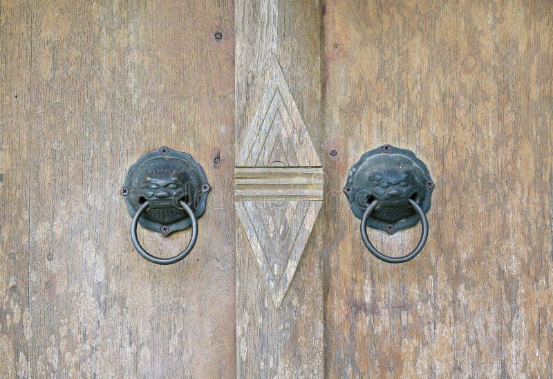 在一个木门的一个古色古香的金属敲门人 库存照片