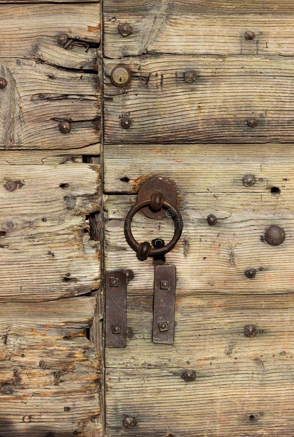 在一个木门的一个老和门闩 免版税图库摄影