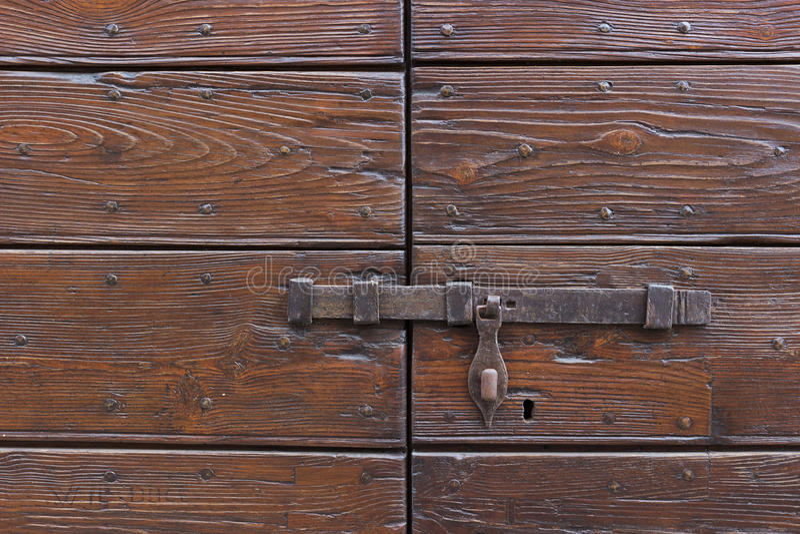 在一个木门的一个老门闩 免版税图库摄影