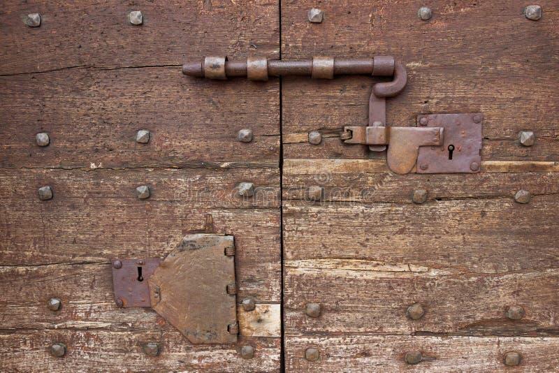 在一个木门的一个老门闩 免版税库存图片