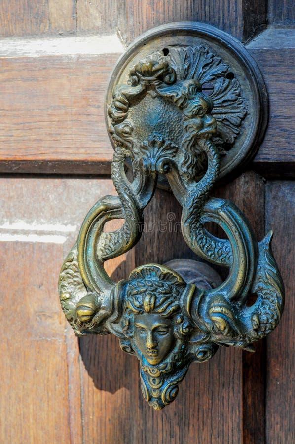 在一个木门的古老通道门环 库存图片