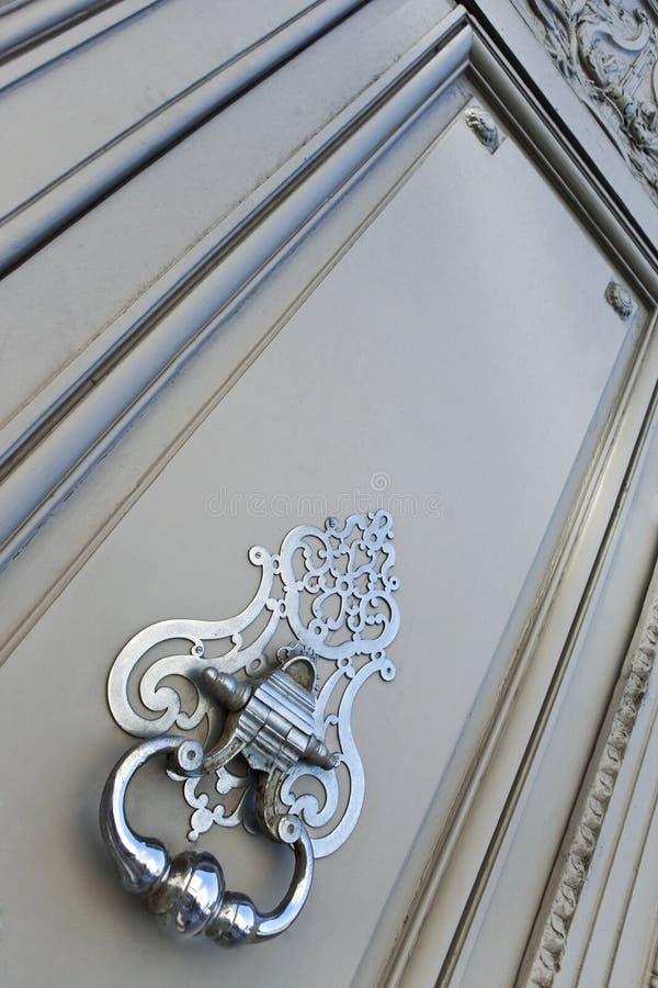 在一个木门的敲门人 免版税图库摄影