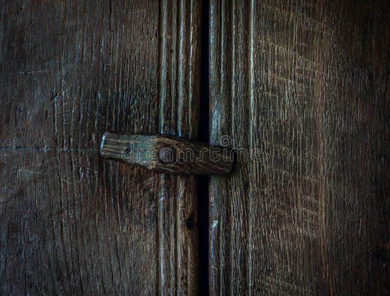 在一个木门的木门闩 库存照片