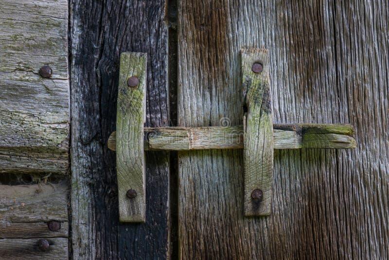 在一个木门的木门闩 免版税库存照片