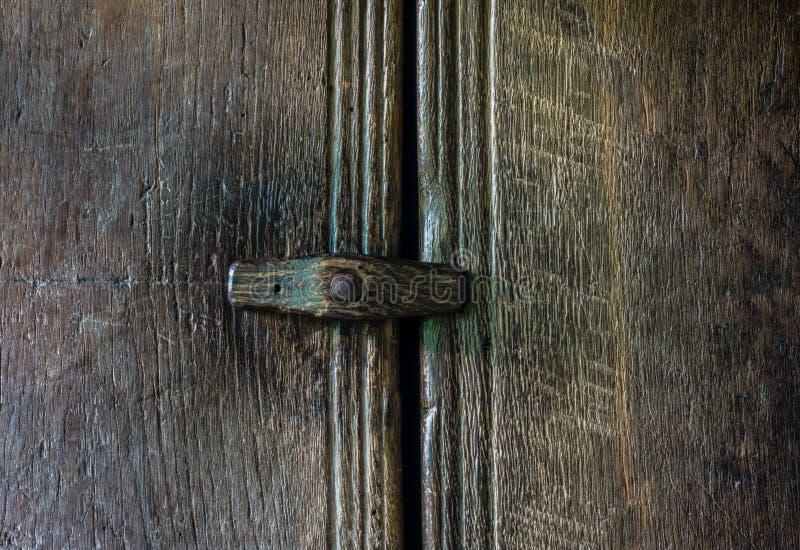 在一个木门的木门闩 免版税库存图片